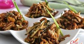 Вкусный салат с кальмарами и огурцами