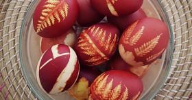 Как правильно покрасить яйца в луковой шелухе, чтобы они не лопнули