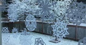 Как быстро и просто приклеить снежинки из бумаги на окно