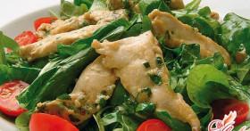Салат с курицей и помидорами: несколько вкусных рецептов