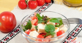 Салат с помидорами и брынзой: готовимся к весенне-летнему сезону
