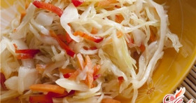Витаминный салат из капусты с огурцом
