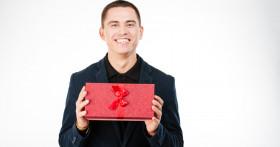 Что подарить мужчине в зависимости от повода и статуса