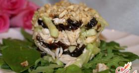 Салат с черносливом и курицей и огурцом