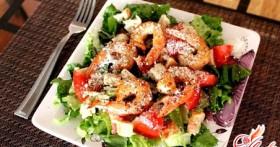Салат с креветками и сыром: красиво есть не запретишь