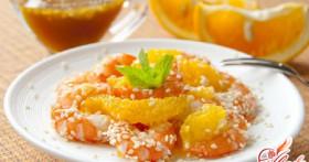 Изысканно: салат с креветками и апельсином