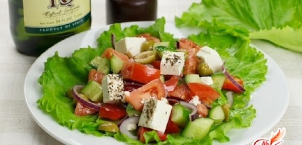 Овощной салат с рыбой и брынзой