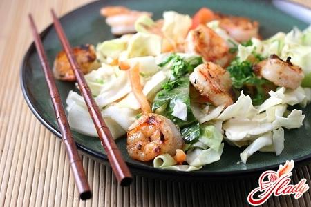 салат из китайской капусты с креветками