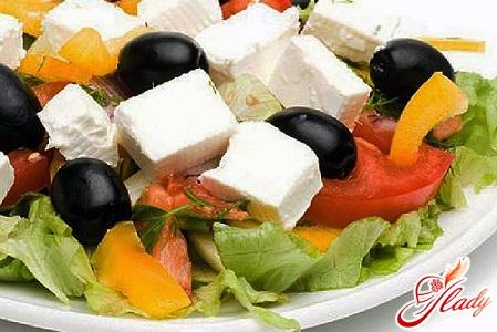 вкусный салат с оливками и кукурузой