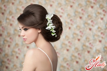 Вибору квітів для весільної зачіски