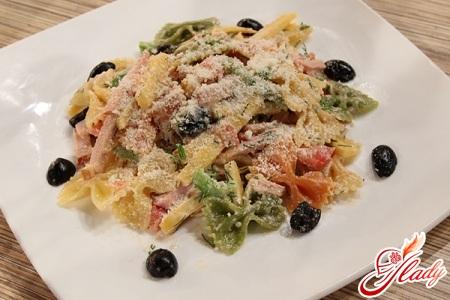макаронный салат с брынзой и оливками