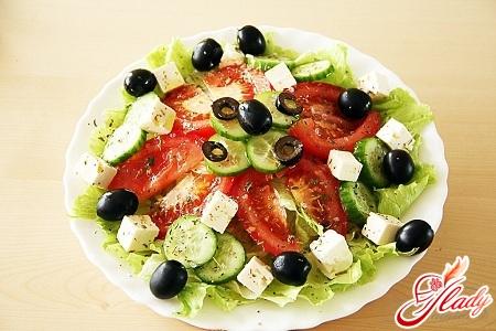 вкусный салат с брынзой и оливками