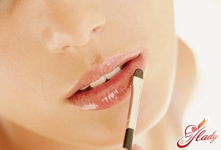 в уголках губ трещины