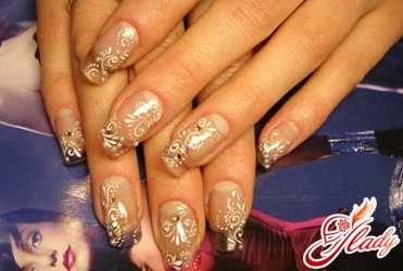 дизайн нігтів френч зі стразами