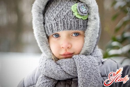 Вязание детских вещей спицами комплект из шарфика и шапочки.