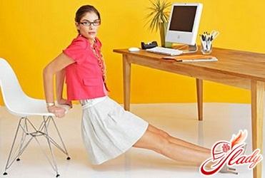 выполнение физических упражнений в офисе