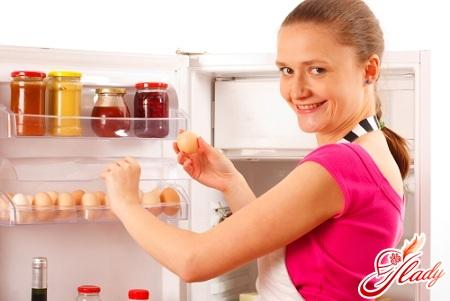 как убрать запах из холодильника правильно