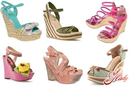 Босоножки на танкетке: удобная обувь для каждой девушки