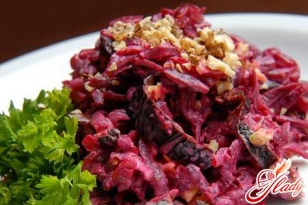 салат из свеклы с грецкими орехами и черносливом