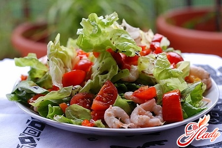 вкусный салат из креветок с помидорами