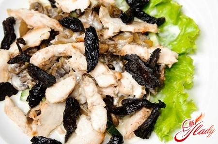 салат с курицей и черносливом и огурцом