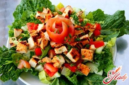 салат из курицы и помидор