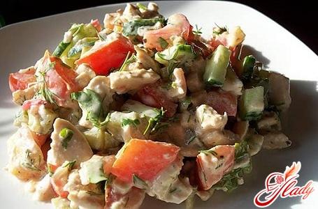 салат с курицей и помидорами и перцем