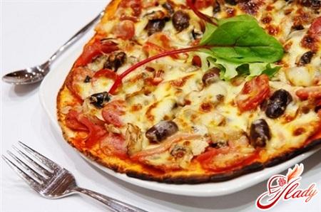 вкусная пицца с грибами и колбасой