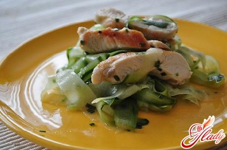 салат из курицы и свежих огурцов