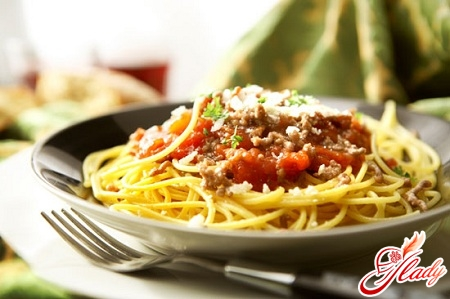 спагетти под соусом болоньез