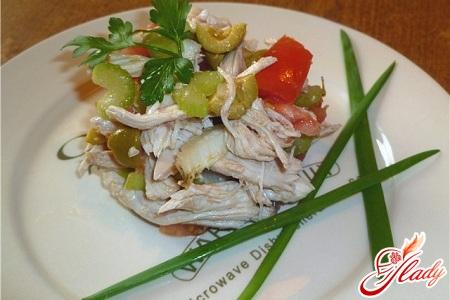 салат из курицы и оливок
