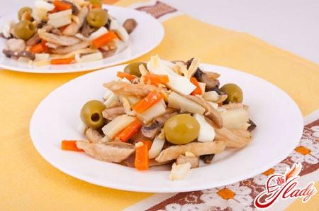 салат с курицей и оливками