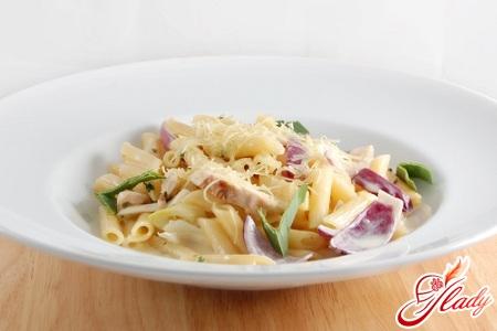 спагетти с грибами и курицей в сливочном соусе