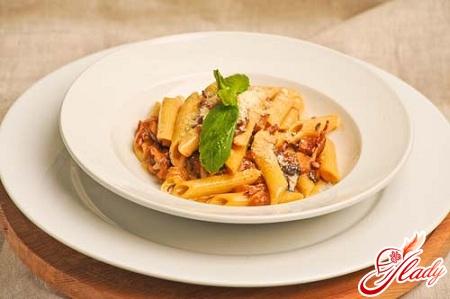 вкусная паста с курицей и грибами в сливочном соусе