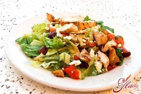 салат из курицы и соленых огурцов
