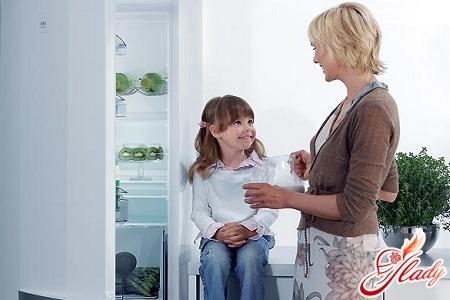 как удалить запах из холодильника правильно