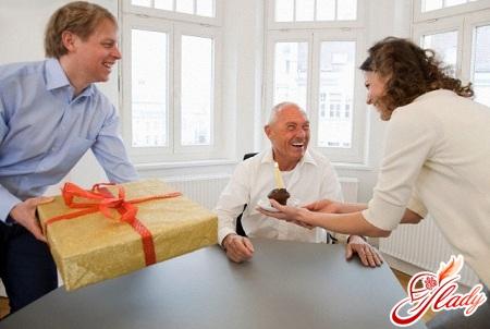 что подарить директору мужчине на день рождения