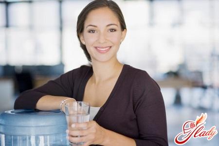 сколько воды в организме человека