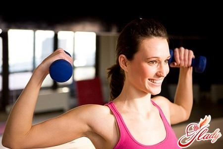 упражнения с гантелями на грудь