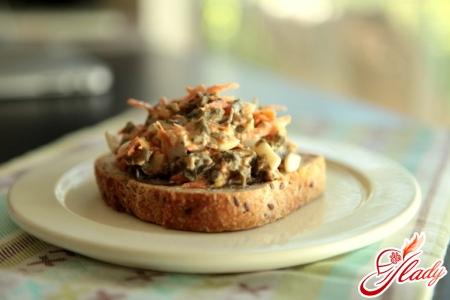 салат с морской капустой и яйцом