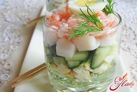 аппетитный салат из кальмаров с рисом