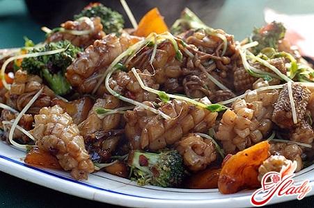 вкусный салат из кальмаров с помидорами