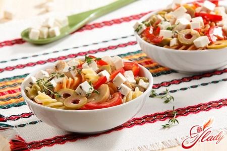 салат из макарон с ветчиной