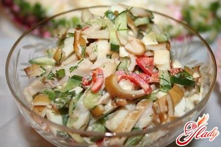 салат из копченого кальмара