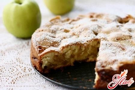 пирог бисквитный с яблоками