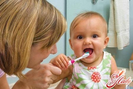 как чистить ребенку зубы