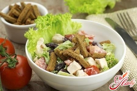 вкусный салат с фасолью и кириешками