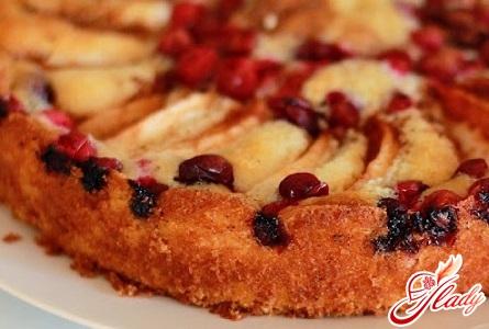 вкусный пирог с клюквой и яблоками