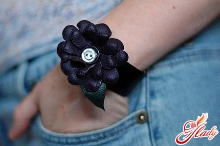 черный браслет из кожи