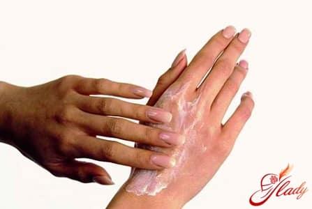 нанесение осветляющего средства на руки